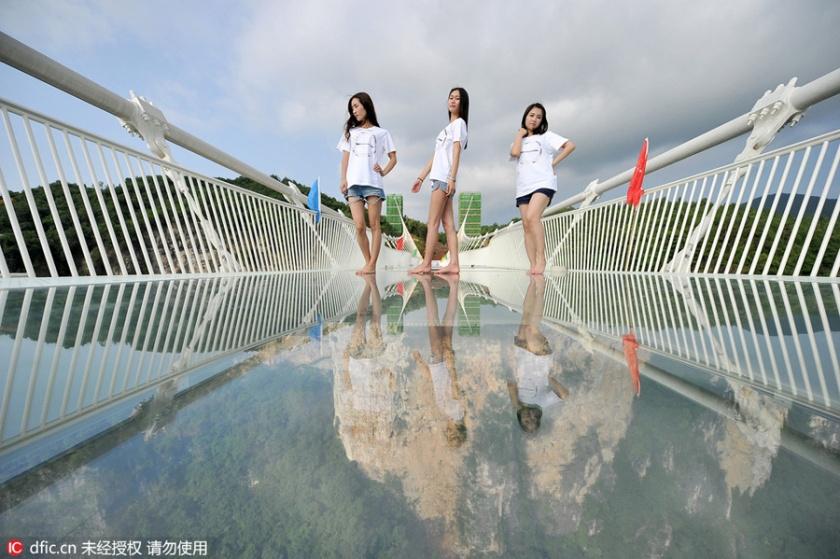modelos-na-ponte-de-vidro-china